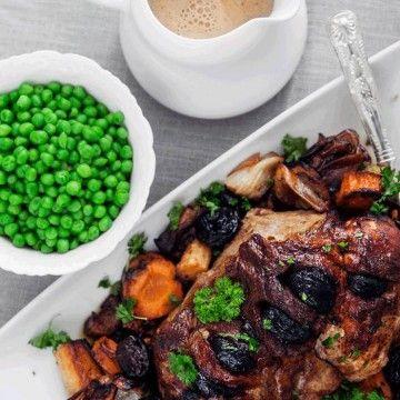 Du kan försteka köttet en stund i ugnen kvällen innan om du vill, ca 45 min. Stek köttet då utan grönsakerna. Lägg sedan på grönsakerna med köttet så att d