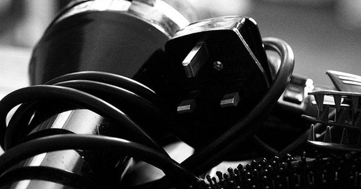 Secador de pelo cerámico vs el iónico. Desde su introducción en la década de 1920, los secadores de pelo han tomado poco a poco su lugar en prácticamente todos los baños. Comprar un secador de pelo te obliga a que puedas elegir entre una variedad de estilos, colores, tecnologías, usos, pesos y accesorios. Los dos tipos más populares de secadores de pelo, los iónicos y los cerámicos, ...