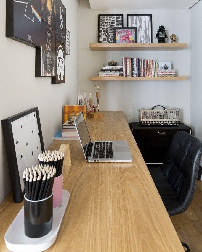 #inspiraçãododia Este home-office, projetado pelo escritório @doob.arquitetura, tem fortes referências musicais e geeks. O ambiente funciona tanto como escritório quanto para praticar guitarra, que é o hobby preferido do morador.📷: Divulgação #decor #decoração #home #homedecor   #homeoffice #escritório