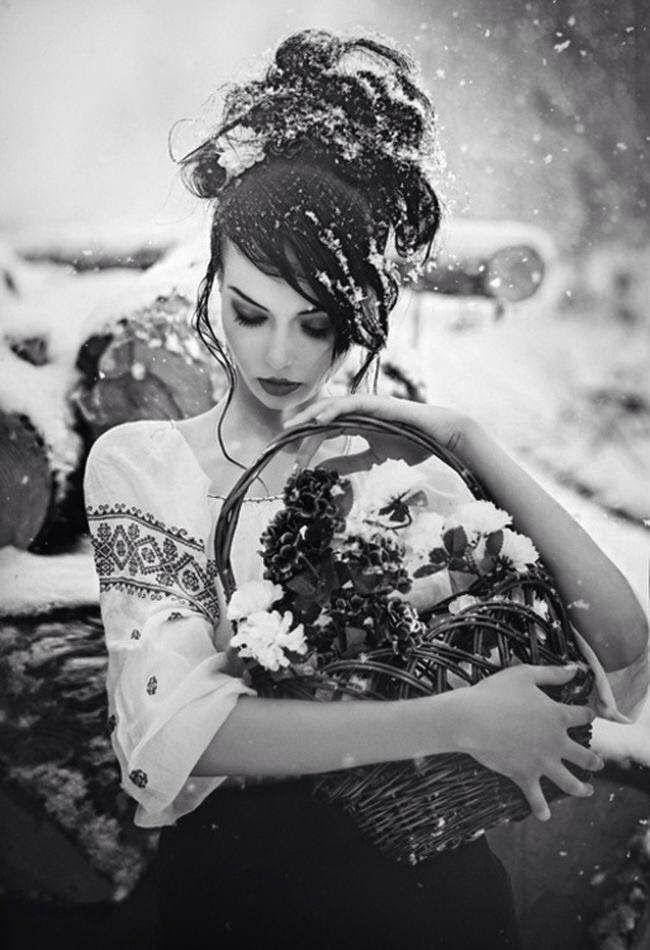 Sence sessiz mi yağar kar? Yoksa duyulmaz mı? Düşerken attığı çığlıklar? Yoksa sessiz mi yaşanır acılar?