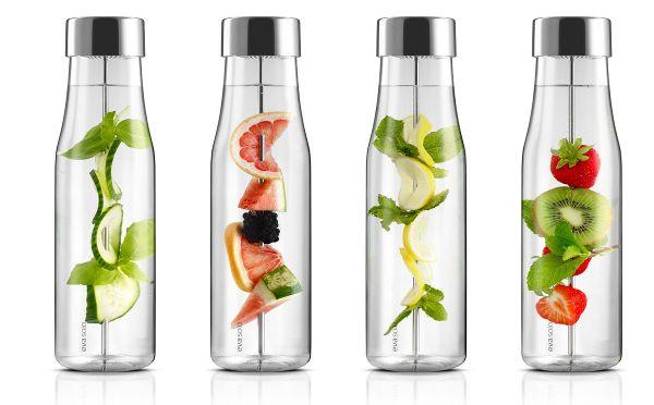 これからの季節にピッタリのフレーバー・ウォーターが簡単に作れる素敵なガラスボトルを発見! ・果物やハーブを取り出しやすい デンマークのキッチングッズメーカー、EvaSoloの「MYFLAVOUR」は、フレーバーウォーター作りに最適なガラスのカラフェです。 特徴は、何と言っても取り外しが可能な串。 この串にお好