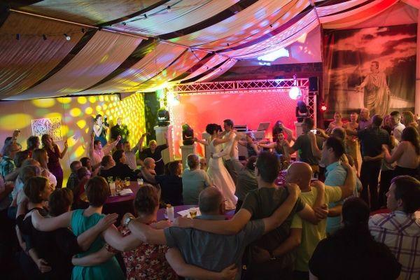 Disco Limburg: DJ bruiloft.  We hebben door de jaren heen honderden bruiloften, huwelijksfeesten en recepties verzorgd met betaalbare, en vooral sfeervolle muziek. Het zijn de mooiste momenten in een mensenleven, waar wij dan getuige van zijn.