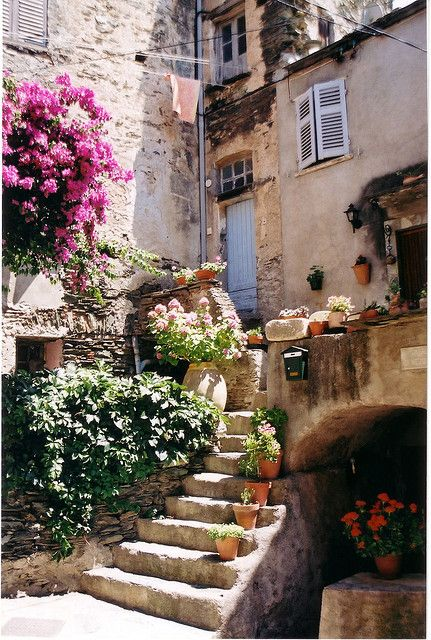 Ruelle du village Corse de Nunza. France.