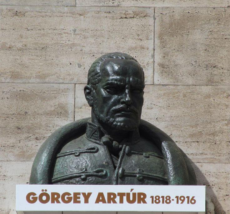 Görgey szobra a Herman Ottó Múzeumnál