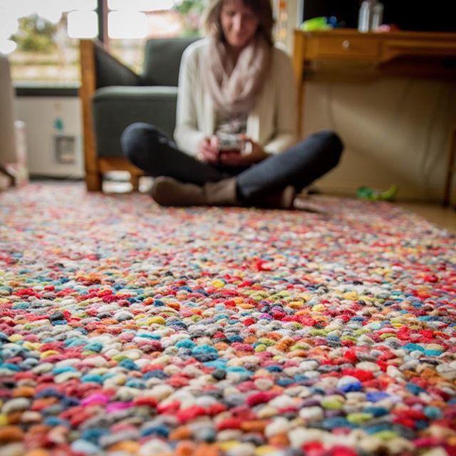 Il colore fa bene all'umore...un tappeto di mille colori è un toccasana per gli occhi🌈😇  I nostri tappeti indiani di lana feltrata sono coloratissimi! Dateci un'occhiata qui: http://www.sukhi.it/collezioni/tappeti-di-lana-feltrata.html