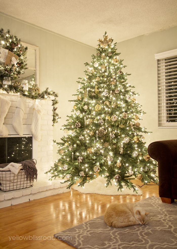 Rustic Christmas tree | Classic Christmas tree | Gold Christmas tree | Classic Christmas | Traditional Christmas | Christmas fireplace | Christmas living room