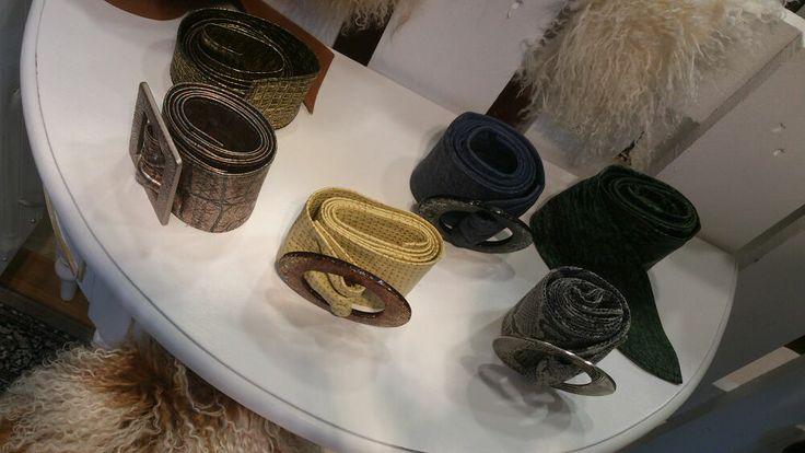 Cinturones variados. Con o sin hebilla, grabados, envejecidos, diferentes anchuras, reversibles, cuero, ante...