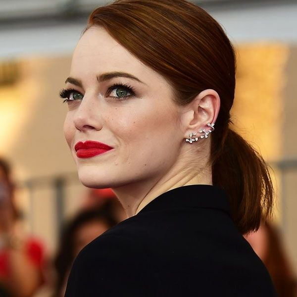 Make de Emma Stone com olho marcado + batom vermelho.