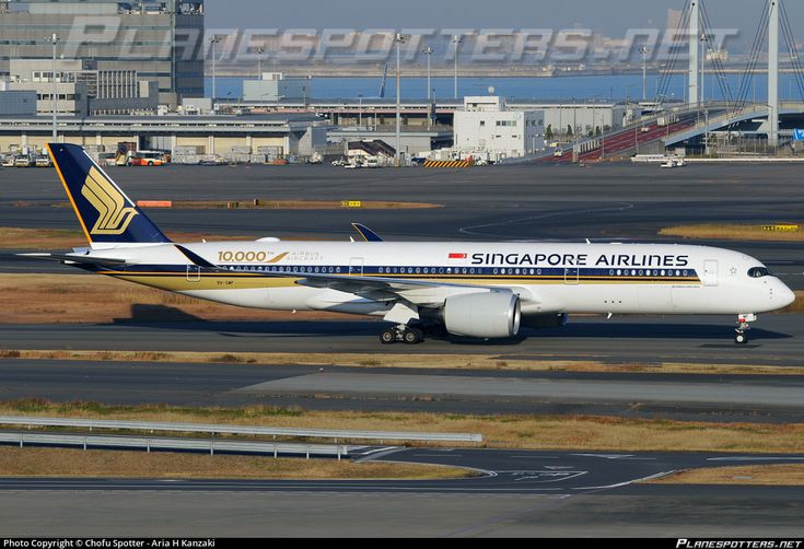 Singapore Airlines (SG) Airbus A350-941 9V-SMF aircraft, painted in ''10.000 Airbus Aircraft'' special colours on delivery 16/10/2016, skating at Japan Tokyo Haneda International Airport. 18/12/2016.