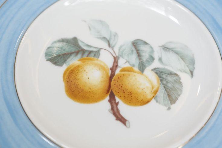 Apresentada em três diferentes cores, a Coleção Frutas da Estação traz pinturas representando a beleza de laranjas, peras e pêssegos, nas louças de porcelana com toque atemporal e eterno para todas as estações do ano, em tons de azul-mar, verde-palmeira e amarelo-citrino.