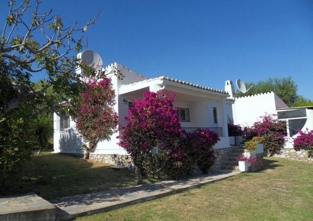 This 2 bedroom, 2 bathroom, detached villa is situated just a short walk from the beach and La Cala de Mijas, a fantastic location. The property is set in a very well maintained area of communal gardens, but could easily be fenced off for extra privacy. The property has been completely refurbished from top to bottom. Viewings are highly recommended! More info: http://www.starlacala.com/en/listing/spain/costa-del-sol/la-cala-de-mijas/villa/9930/