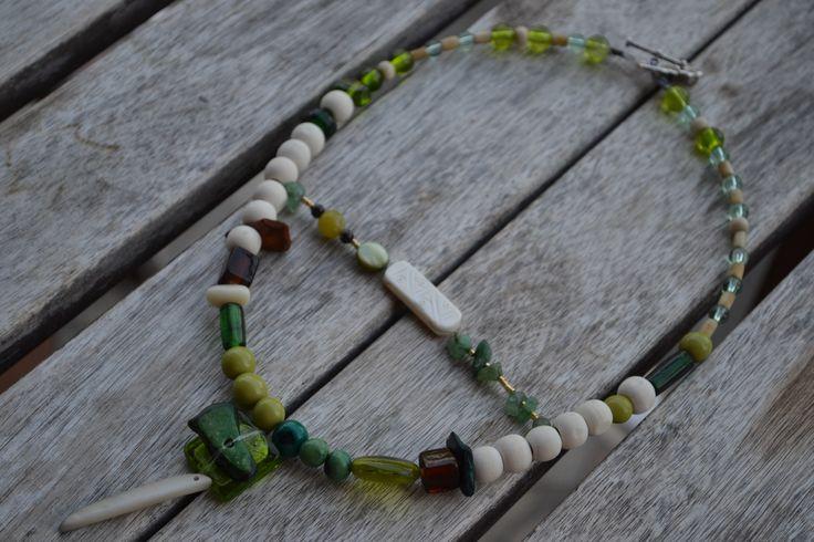 """Collier ethnique avec connecteur en os gravé, chips aventurine, perle en jade, chips coco, perle à la feuille d""""argent, perles : Collier par les-perles-de-eihpos"""