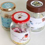 Stickers voor op lege potjes! Met deze stickers kan je al je lege potjes hergebruiken. Op dit vel zitten 3 sets stickers: de rechthoekige sticker als etiket en het ronde exemplaar voor op de dop. Heel leuk voor het bewaren van zelfgemaakt eten of restjes van gisteravond. Maar ook handig voor kruiden,  suiker,  snoepjes, legoblokjes of  eenzame knopen!