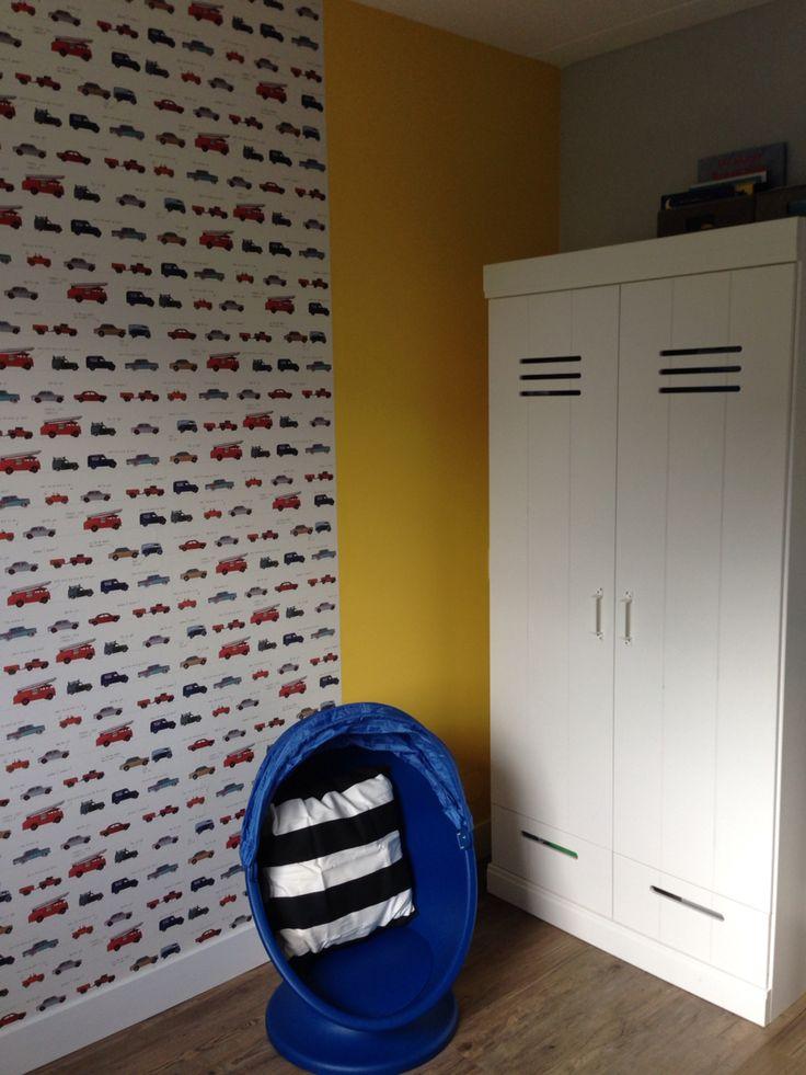 Jongenskamer / peuterkamer / stoere kamer / grijs-geel-blauw / autobehang