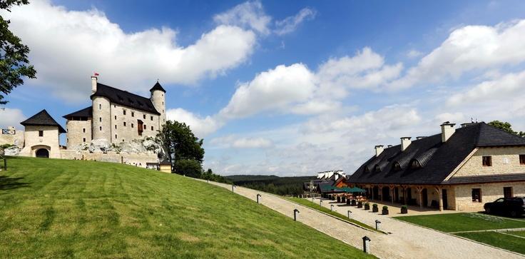 #Castle of Bobolice, Poland / Królewski #Zamek Bobolice na Jurze Krakowsko-Częstochowskiej wraz ze znajdującymi się pod jego murami hotelem i restauracją