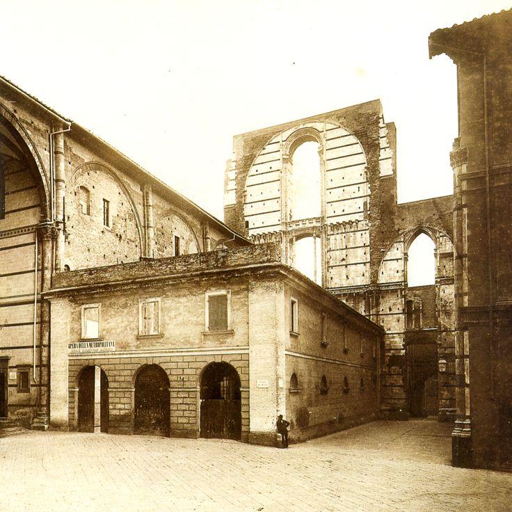 L'antico Facciatone del Duomo di Siena (1870 ca.). Particolare di una foto di P. Lombardi che documenta un edificio addossato al Facciatone non più esistente. Stampa originale all'albumina. Museo di Storia della Fotografia Fratelli Alinari