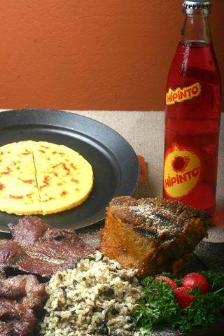 Un plato típico santandereano se acompaña de carne oreada, pepitoria, cabrito asado, cebollas ocañeras, arepa de maiz pelado y claro, una fría cola Hipinto TIPICO-SANTANDEREANO