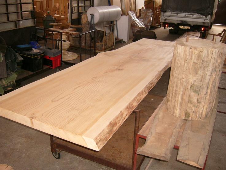 tavolo spazzolato in asse unica con basi in tronco di rovere