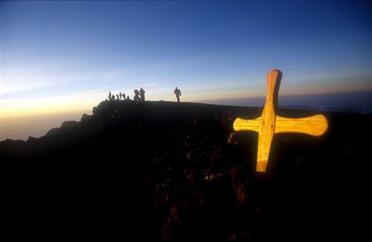 Lugares fantásticos para ver o sol nascer MONTE KILIMANJARO, TANZÂNIA Depois da difícil tarefa de escalar o monte Kilimanjaro o turista ainda pode observar o sol nascer de uma altura de mais de três mil metros