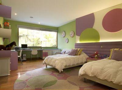 Este bello dormitorio para niñas es otro diseño de Karim Chaman. El diseño de la habitación presenta una cómoda cabecera acolchada de color ...