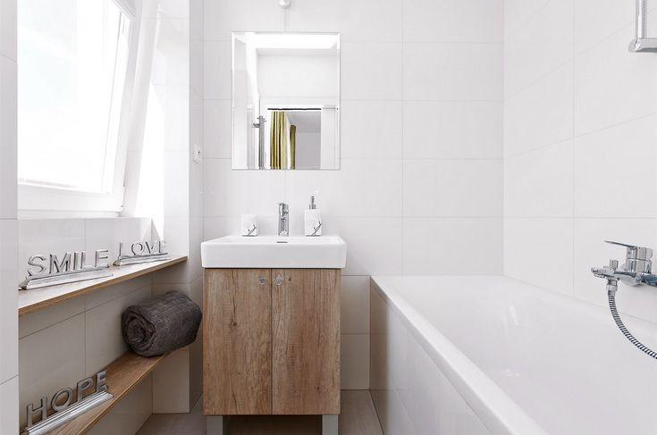 Do malé koupelny se při dobrém uspořádání prostoru vešla i vana, která vystřídala původní sprchový kout.