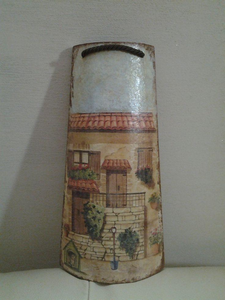 *Tegola in legno, facciata di una casa* By Vale Decò