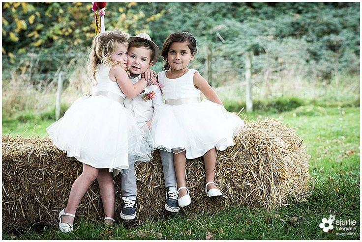 #inspiratie #huwelijk #trouwen #bruiloft #landelijk #vintage #roze #trouwthema #herfstbruiloft #buitenbruiloft #kortetrouwjurk #trouwjurk #styledfotoshoot #bruidsboeket #ladder #appelboom #enveloppendoos #trouwdag #bruidskinderen #schattig #trouwballonnen #groteballonnen #lief #uil #uildietrouwringenbrengt #rozenblaadjes #bruidsjonker #hooibaal #stro #boerderijbruiloft