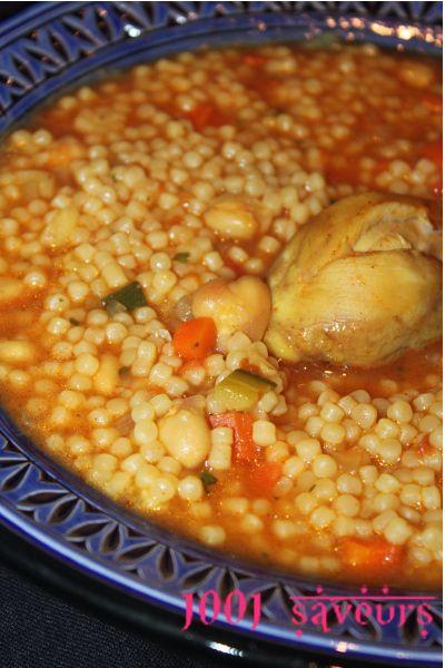 Bonjour à tous, Je vous propose aujourdhui une délicieuse recette d'hiver, je vous met la version algérienne qu'on appelle Berkoukes (et Aich dans l'est, là d'ou vient mon mari) mais on retrouve également ce plat au Maroc (sous le nom de berkoukech) et...