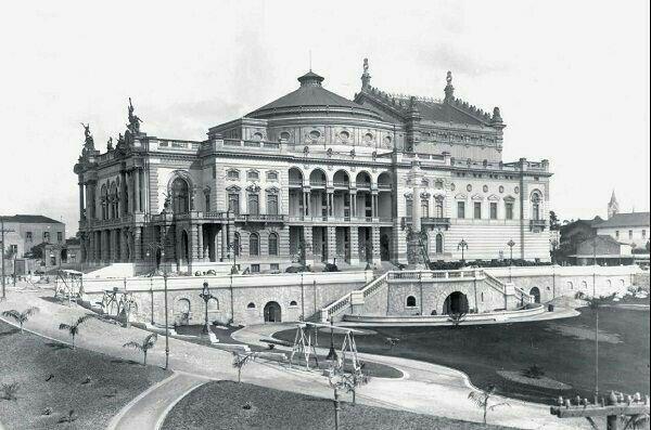 Teatro Municipal em 1910, prestes a ser inaugurado