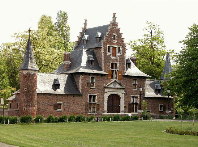 Dit hof, reeds vermeld in het vierde kwart van de 15de eeuw. Hof van Roosendael Tijdens het beleg van Antwerpen in 1585 zou dat volledig leeggeplunderd en verwoest zijn. Het kasteeltje dat er nu staat is het geklasseerde poortgebouw van het verdwenen Roosendaelhof (1635). Gerestaureerd in 1933-1934 (J. Van der Gucht) Hier fiets ik elke werkdag voorbij, ligt op mijn ronde. Terlinderhofstraat 265 Merksem recht over sportcentrum De Rode Loop.