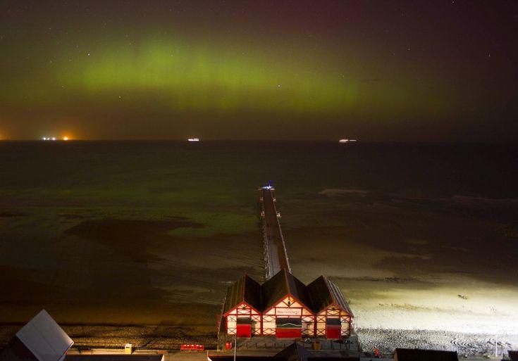L'eruzione solare dei giorni scorsi è stata così potente che ha reso visibile il fenomeno dell'aurola boreale a latitudini dove di solito non si presenta. Per la prima volta nel nord dell'Inghilterra, nelle contee di Norfolk, Essex, Cumbria e Scozia, il cielo è stato colorato da