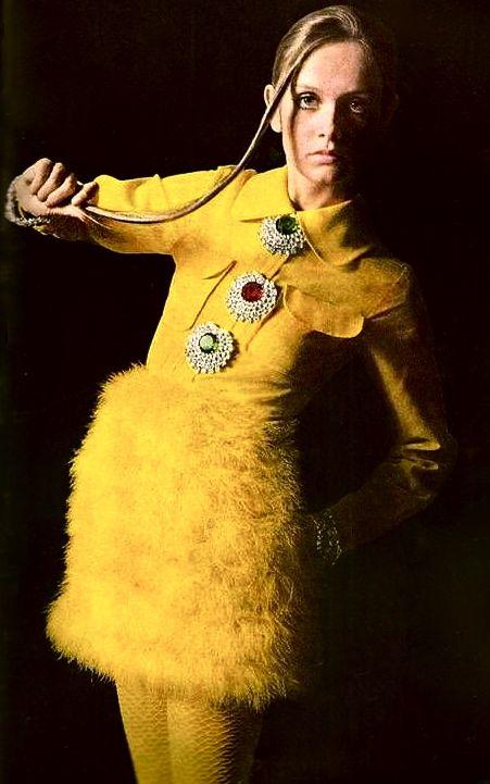Twiggy, photo rétro, robe jaune à plumes - Les Cachotières