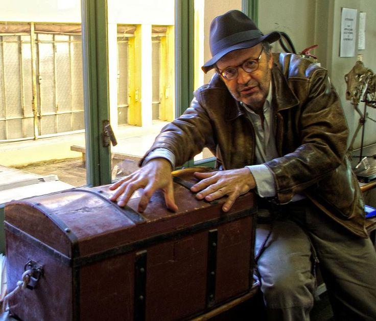 Il personaggio teatrale di Faldoni (interpretato da Gabriele Baldoni), vestito come un improbabile Indiana Jones, scopre i tesori del Museo di Anatomia comparata di Bologna