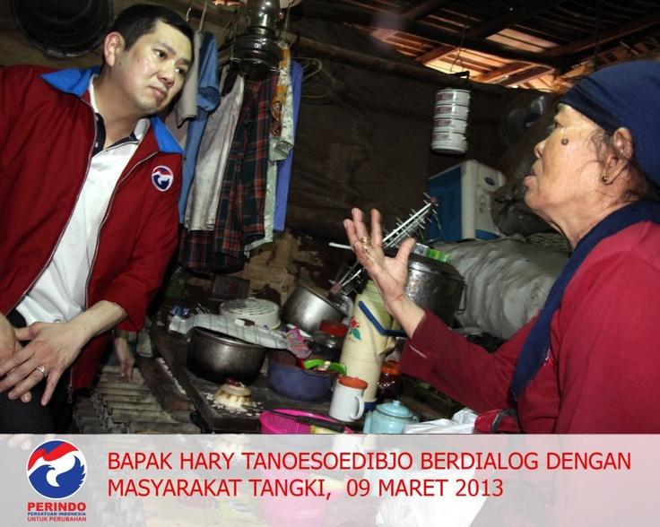 Bapak Hary Tanoesoedibjo sedang berdialog dengan masyarakat Tangki , 9 Maret 2013