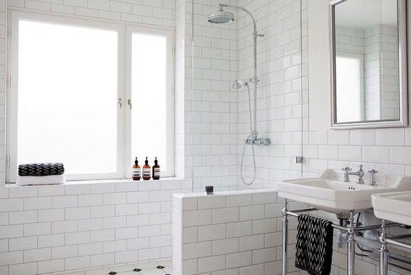 Vacker duschlösning med halvvägg och glasvägg.