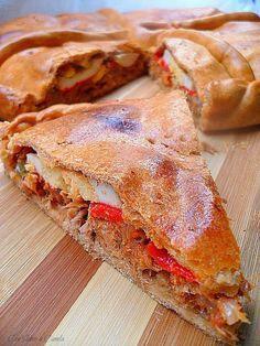 Empanada gallega de atún (con masa de aceite del sofrito) La historia de la empanada se remonta al siglo XII y es un plato típicamente galle...