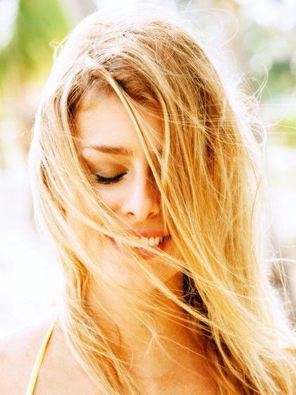 Haare natürlich aufhellen? Ja das geht. Wir zeigen euch 7 Wege, wie ihr eure Haare natürlich heller kriegt, ohne sie mit Wasserstoff-Peroxid zu beschädigen