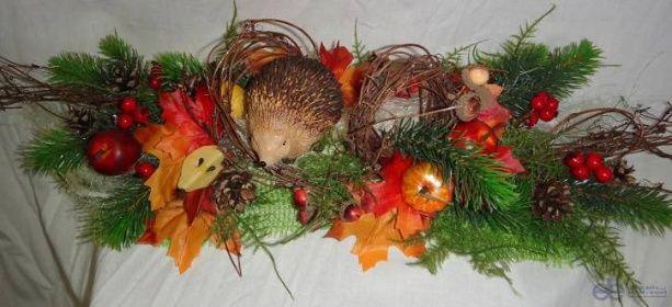 Podzimní dekorace šála na stůl s aranžmá svíčky ježek