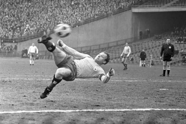 Uwe Seeler (Hamburger SV, 1953–1972, 476 apps, 404 goals)
