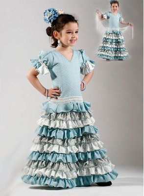 Trajes de gitana para niña confeccionado en color celeste con lunares pequeños en blanco. Incorpora una cinta de guipur en blanco antes de los volantes del vestido de flamenca. Un total de ocho volantes bajan hasta los pies intercalando lunares con estampados florares. Las mangas tienen forma de farol y llevan un pequeño volante. #trajesdeflamenca2015 #trajesdeflamencaniña http://www.elrocio.es/trajes-de-flamenca-nina/2237-carmen-super-ni-a.html