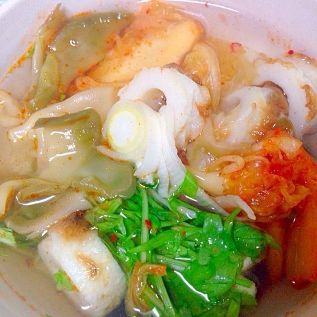 調味料を入れなくても、だしが出ます。 - 11件のもぐもぐ - 簡単スープ。キムチ、ザーサイ、ちくわ、ネギ、水菜を入れてお湯を注ぐだけ。 by Yucca