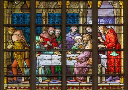 vetrata raffigurante Gesù ei dodici apostoli giovedi santo durante l'Ultima Cena nella cattedrale di st. Michael e st. Gudula.