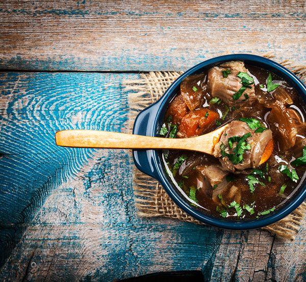 Dit recept is eenwildgoulash met gebakken aardappeltjes, witlof en boontjes in spek. Deze goulash is gemakkelijk te maken en te wecken. Voeg de aardappeltjes, witlof en boontjes pas toe als de wildgoulash geserveerd wordt, zo behouden ze hun smaak en blijven de aardappeltjes krokant. U kunt een wil
