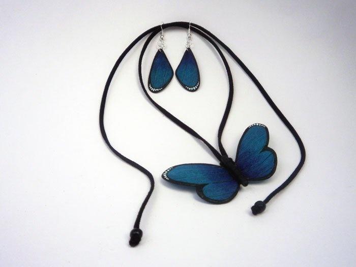 Collar mariposa -   Alas en pepa de mango,   cuerpo en madera,   cuero gamuzado