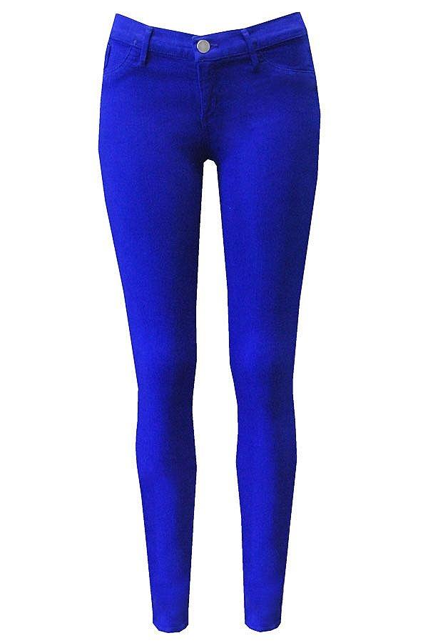 Een skinny jeans in hardblauw draag je bij een wat ruimvallend shirt. Voor de ladylook ga je voor een paar hakken. Met gympen en je hebt de tomboylook.