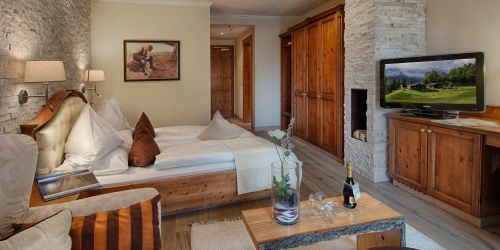 #Landhause #Suite  Cosy Alpine style junior suite with south-facing balcony, tub, shower, separate toilet, minibar, safe, flat TV. Each suite is a bit different from the others.  http://www.alpenschloessl.com/en/rooms-prices/hotel-zimmer-11084-landhaus-suite.html