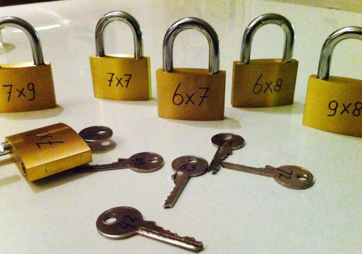 Moeilijke tafelsommen De kinderen kiezen het sleuteltje met het juiste antwoord om de sloten te openen. Met een stopwatch ernaast kunnen ze bijhouden of ze sneller worden.