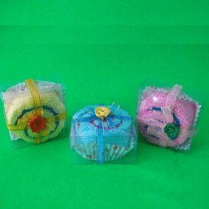 Bolu Cup Panel - IDR 3.500 Kode : 40713002 Ukuran dengan mika: 5,5x5,5x3 cm Ukuran handuk : 20  x 20 cm Jenis handuk : Sapu tangan kimono. Minimal order 100 (mix 3 warna). Harga belum termasuk ongkos kirim.