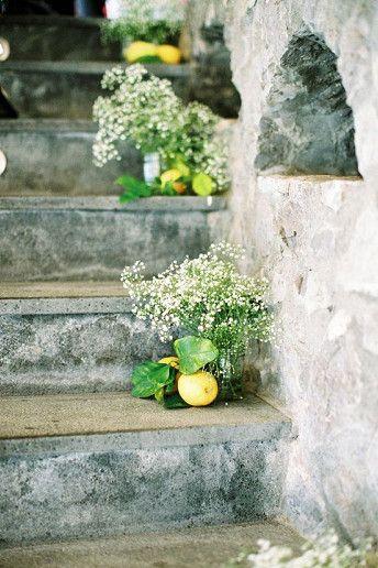 Διακόσμηση σκάλας με φρούτα και άνθη.