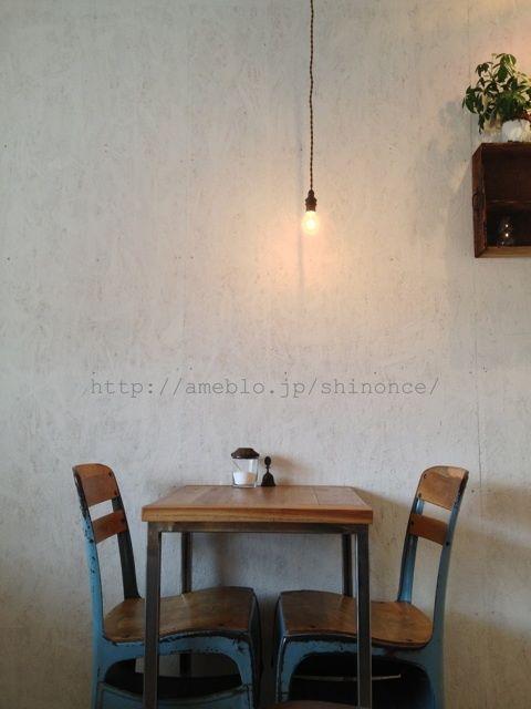 壁にぴったりくっついてるけど、そんなに窮屈に感じず、むしろ周りを気にせず、何時間も話せそう。we have 4 of these chairs at the shop!